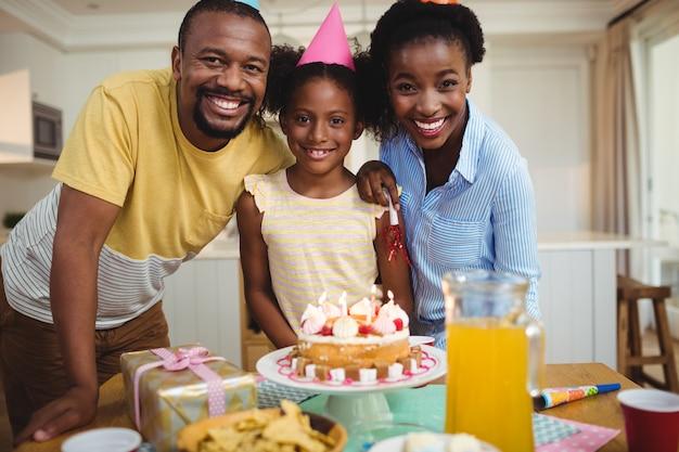 誕生日を祝っている家族の肖像