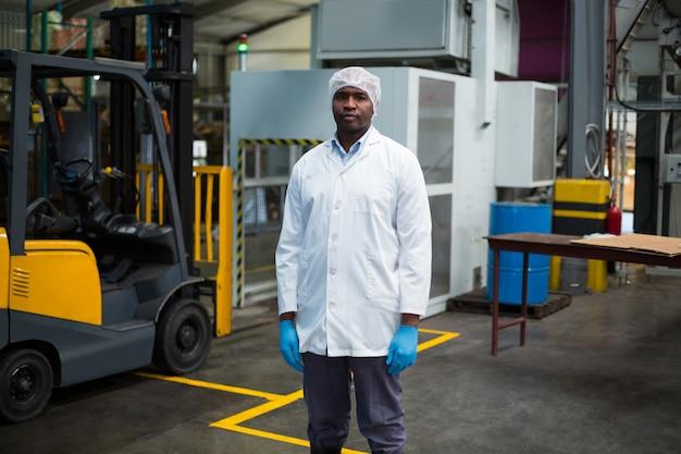 瓶工場に立つ工場技術者
