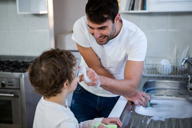 息子が調理器具の洗浄で父を助ける
