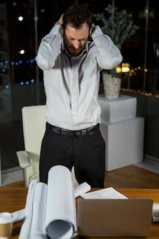 Разочарованный бизнесмен работает в офисе