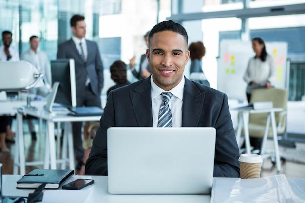 Бизнесмен работает на ноутбуке в офисе