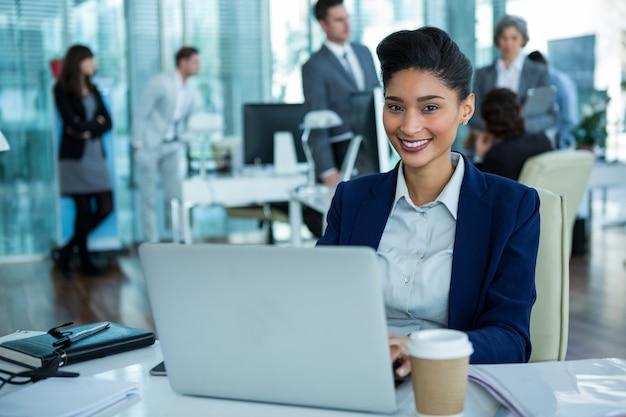 Предприниматель работает на ноутбуке в офисе
