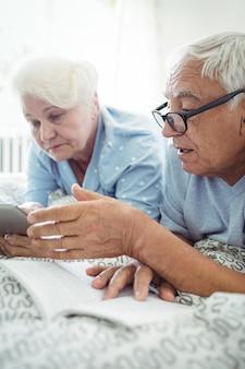 Пожилые пары общаются друг с другом на кровати