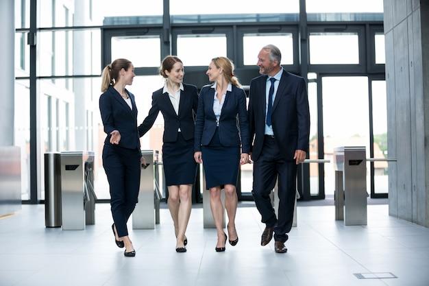 Бизнесмены гуляют в офисе