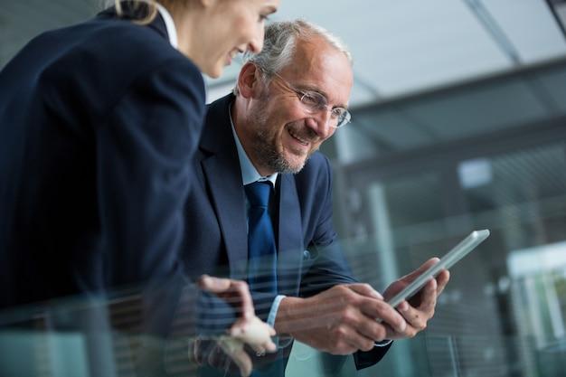 Бизнесмен с коллегой с помощью цифрового планшета