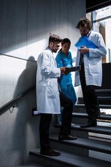 医師や看護師がデジタルタブレットを見て
