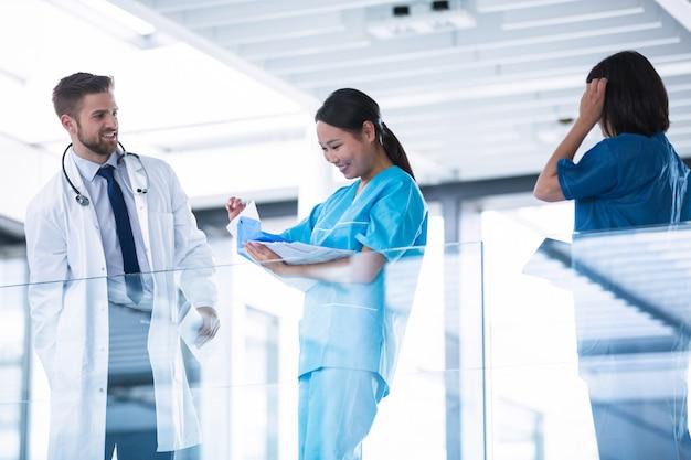 Врач и медсестры разговаривают