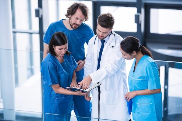 Хирурги, доктор и медсестра, имеющие обсуждение
