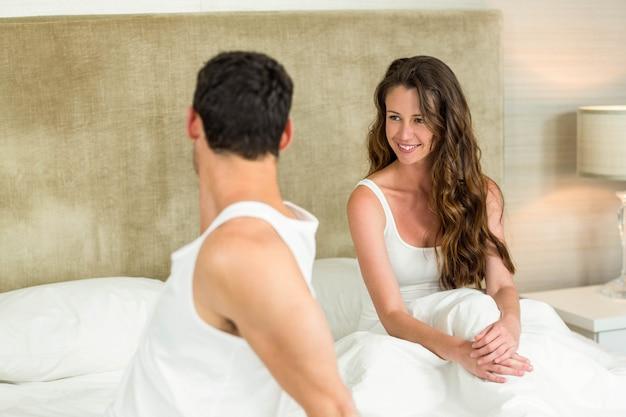 Молодая пара отдыхает на кровати в спальне