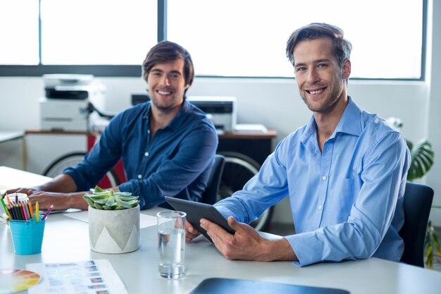 Два мужчины графических дизайнеров, работающих вместе