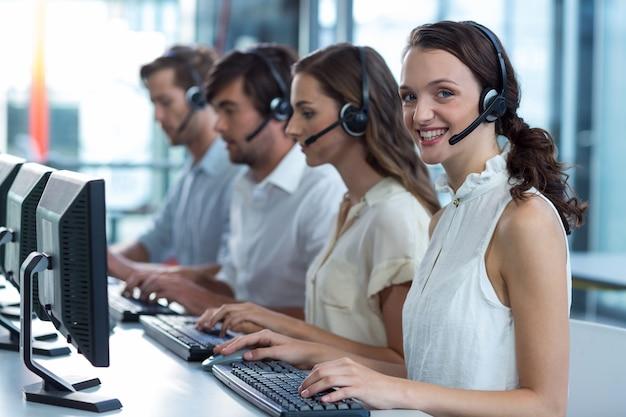 Руководители предприятий с гарнитурами с помощью компьютера