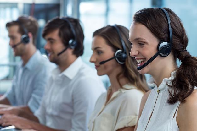 Руководители предприятий с использованием гарнитуры в офисе