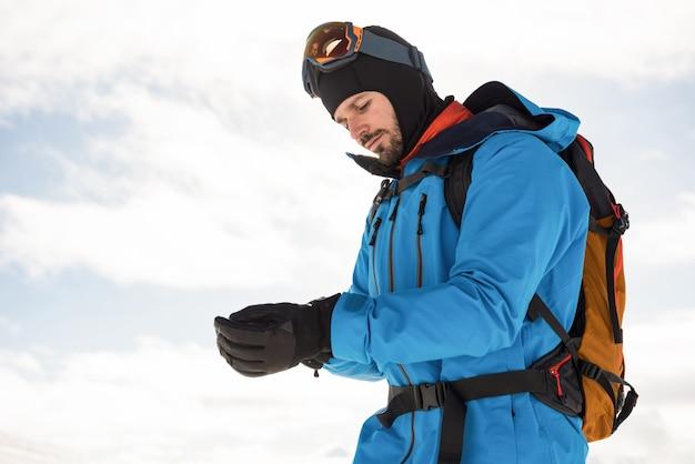 手袋をはめたスキーヤー