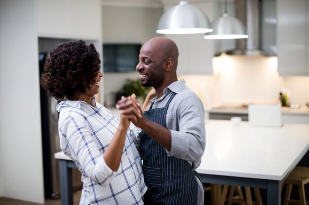 キッチンで踊るロマンチックなカップル