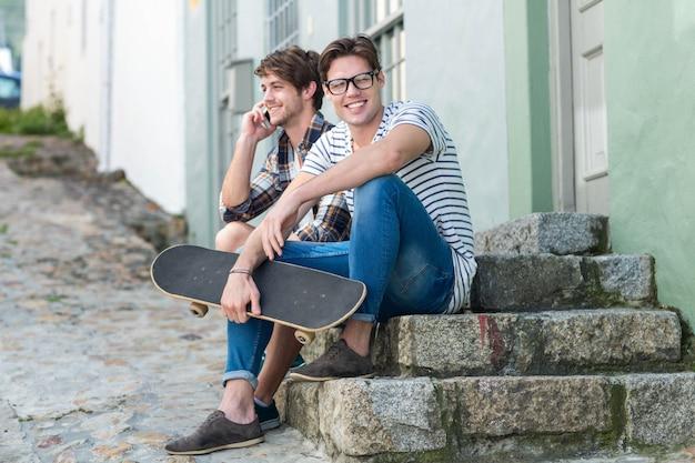 市内の階段に座っているヒップの男性