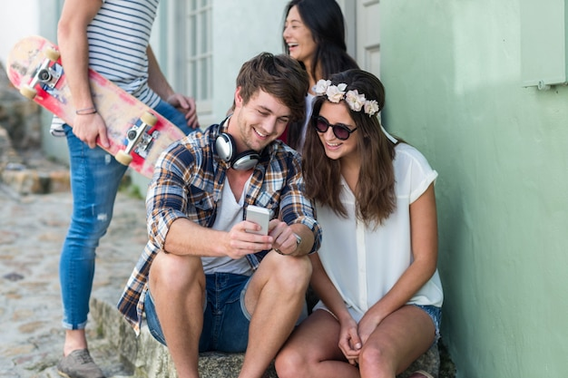 スマートフォンを見ていると市内の階段に座っているヒップの友達