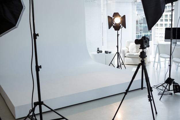 三脚、照明器具、デジタルカメラを備えた写真スタジオ