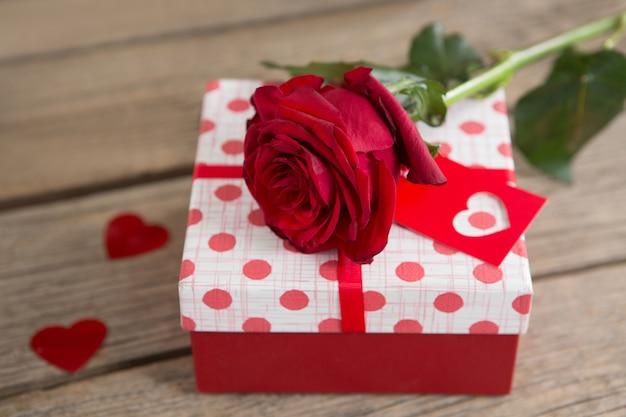 バラに囲まれたギフトボックス