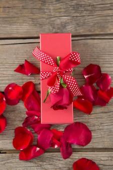 バラの花びらに囲まれたギフトボックス