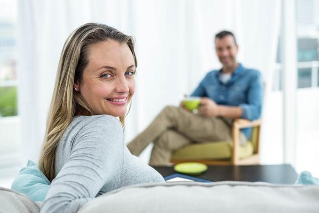 妊娠中の女性がリビングルームのソファーに座っていた