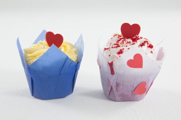 Крупным планом вкусные пирожные с красным сердцем