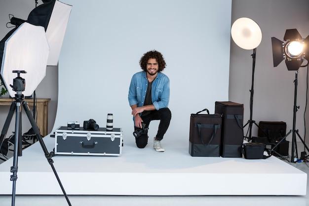 スタジオで幸せな男性カメラマン