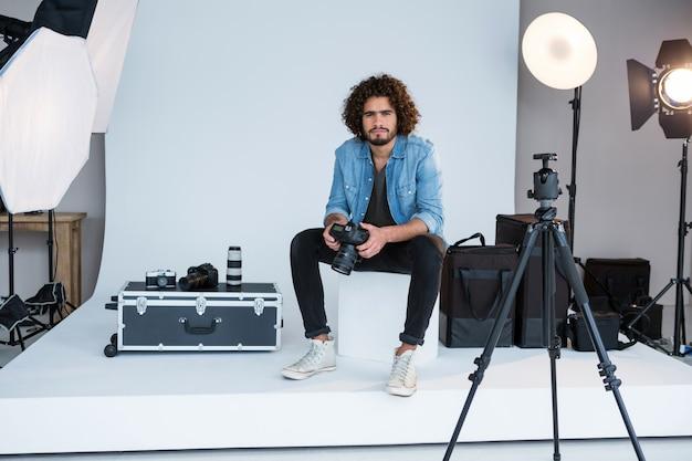 スタジオに立っている男性のカメラマン