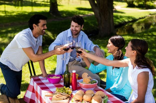 Счастливая пара поджаривания бокалов вина
