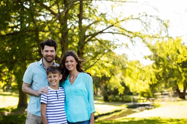 Портрет счастливой семьи стоял в парке