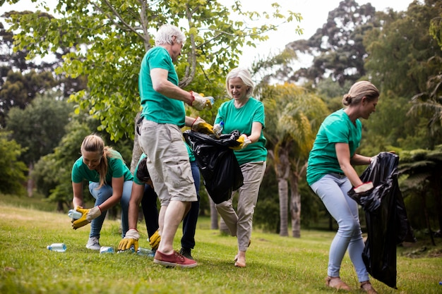 Команда волонтеров собирает мусор
