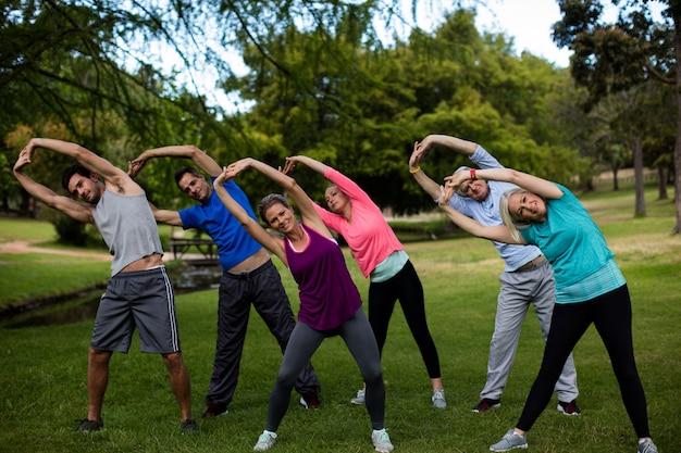 Группа людей, выполняющих упражнения на растяжку