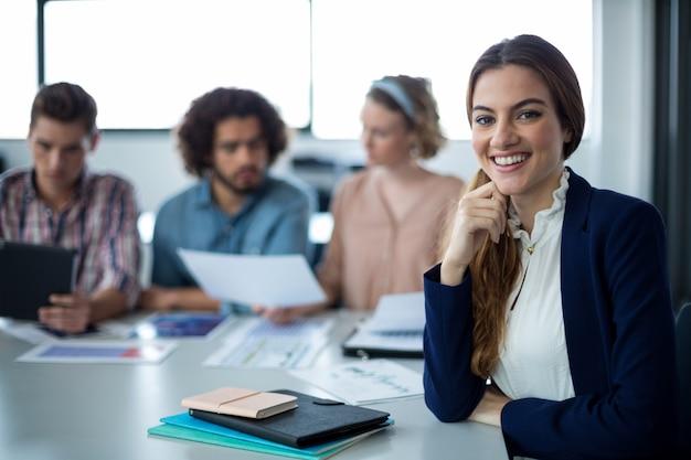 机に座っている女性経営者の肖像画
