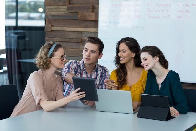 デジタルタブレット上で議論する企業幹部