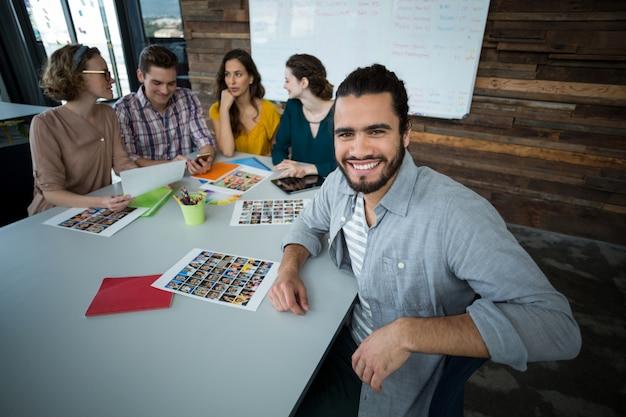 オフィスに座っている笑顔のグラフィックデザイナーの肖像