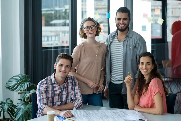 Портрет улыбающихся руководителей предприятий с планом на столе