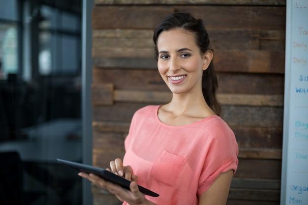 デジタルタブレットを使用して女性経営者
