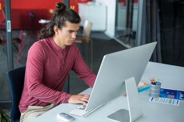 パソコンで作業する男性幹部