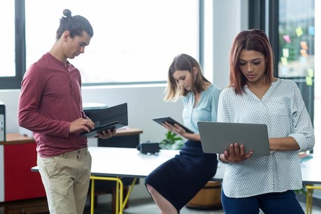 ノートパソコンとデジタルタブレットを使用してビジネスエグゼクティブ