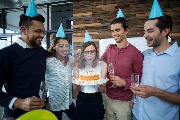 同僚の誕生日を祝っているビジネスマン