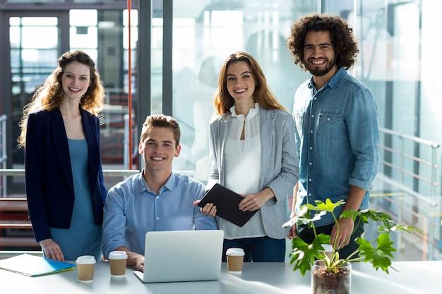 Портрет руководителей предприятий в офисе