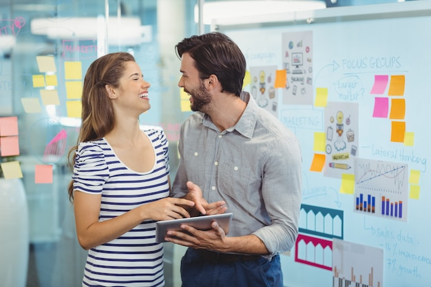 デジタルタブレットを使用して男性と女性の経営者