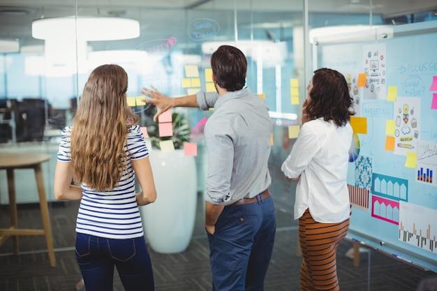 オフィスで付箋を論議している経営者のチーム
