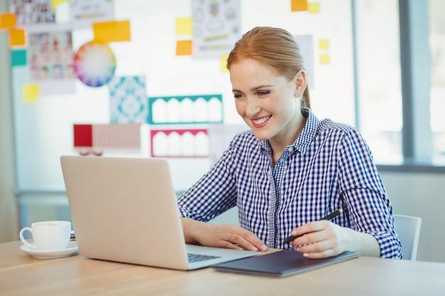 Женский графический дизайнер с помощью графического планшета
