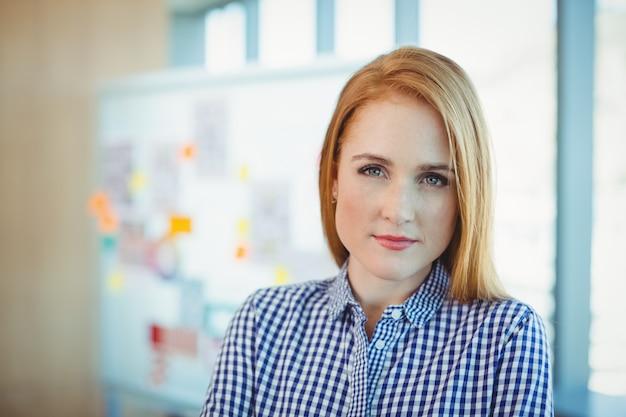会議室に立っている女性エグゼクティブの肖像画