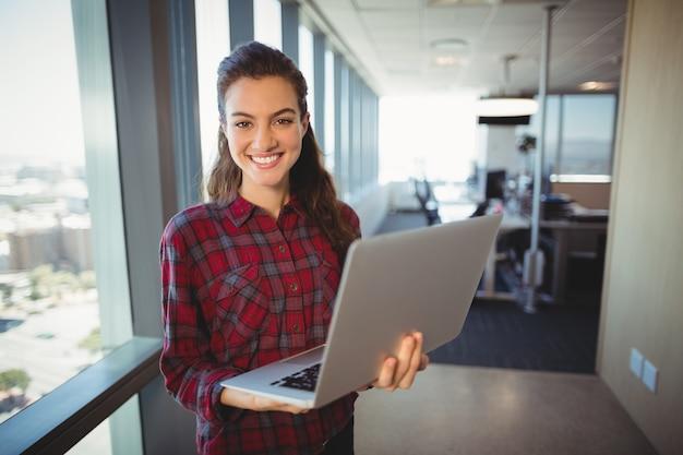 Женский руководитель бизнеса держит ноутбук