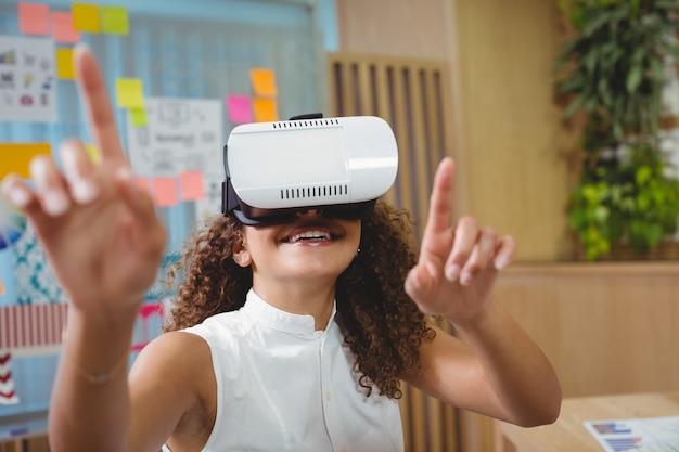 Женский руководитель бизнеса используя шлемофон виртуальной реальности