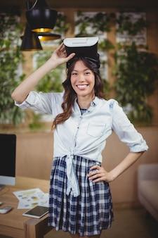 仮想現実のヘッドセットを使用して女性のビジネスエグゼクティブの肖像画