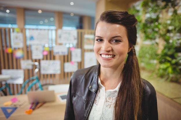 笑顔の女性グラフィックデザイナーの肖像