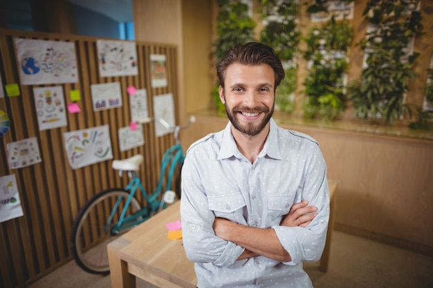 腕を組んで立っている男性のビジネスエグゼクティブを笑顔の肖像画