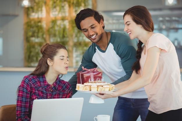 同僚の誕生日を祝う企業幹部